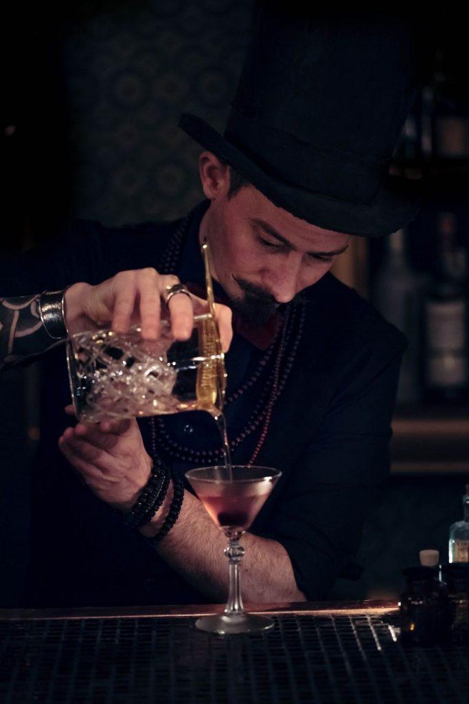 bartender con sombreo